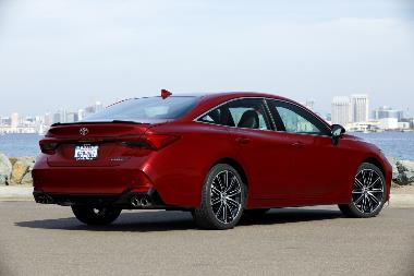 2019_Toyota_Avalon_Rear_right